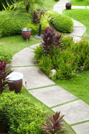 Curving lines are used in natural garden styles and classic styles alike