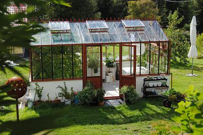 Greenhouse with automatic venting